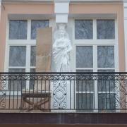 Фото скульптуры из бетона. Ремонт статуи из бетона без демонтажа с места установки на балконе.