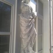 Фото скульптуры на балконе - (до реставрации). Скульптура из бетона: фото перед ремонтом.