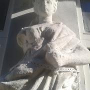 Фото статуи на балконе - (до реставрации и ремонта). Ремонт скульптуры из бетона без демонтажа с места установки.