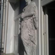 Фото скульптуры на балконе - (перед реставрацией). Ремонт статуи без демонтажа с места установки на балконе.