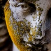 Фото скульптуры на кладбище. Ремонт скульптуры без демонтажа. Цена реставрации статуи из камня сегодня - доступна.