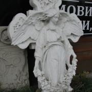 На фото реставрация скульптуры ангела из мрамора. Производство мраморных ангелов для памятников в Киеве. Ангел с крестом перед реставрацией фото.