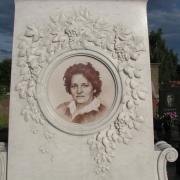 Детали мраморного памятника на кладбище фото. Резной портрет в мраморе на памятнике. Профессиональная отделка мраморных памятников.