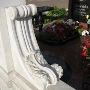 На фото резные детали мраморного памятника. Собственное производство мраморных деталей памятников в Киеве. Доступные цены на детали памятников ВИП класса.