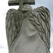 Ангел из гранита с крестом фото, установленной скульптуры. На фото скульптура ангела с деталировкой крыльев. Изготовление ангелов из гранита для ритуальных комплексов.