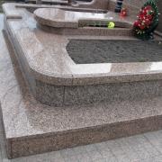 На фото ритуальный комплекс из гранита Межиричка. На фото качественные детали памятника. Изготовление деталей элитных комплексов под заказ.