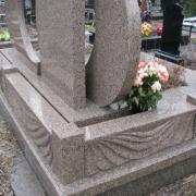 Детали памятника в ритуальном комплексе фото, в сразу после установки на кладбище. Элитный комплекс из гранита Межиричка на фото.