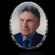 Цветной овал на керамике. Фото мужчины на памятнике, размер цветного медальона 24 х 30 см., цена цветного овала 1500 грн., срок изготовления 10 дней.
