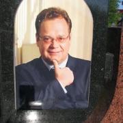 Цветной мужской портрет для памятника аркой; фото в размере 30 х 50 см. на керамике. Цена медальона на керамике 1550 грн. Качественные  портреты на керамике; фото на установленном памятнике.