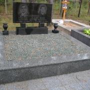 Фото цоколя из гранита; установка на Лесном кладбище в Киеве. Купить цоколь из граните по доступной цене, можно на складе ЧП Прядко в Киеве.