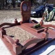 Цоколь из красного гранита. Размеры цоколя на могилу - 220 х 220 см.
