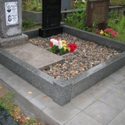 Гранитный цоколь на кладбище, фото сразу после установки на могилу. Оформление могилы гранитной крошкой: доставка и засыпка крошки из гранита, после монтажа памятника.