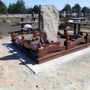 Фото цоколя из красного гранита. Стоимость цоколя на кладбище - доступная.