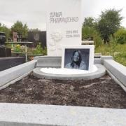 Цена цоколя из гранита - 19 тыс. грн. Фото цоколя на кладбище.