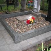 На фото цоколь из серого гранита после монтажа на кладбище. Засыпка гранитной крошки в цоколь, после установки памятника. Продажа гранитных цоколей со склада в Киеве со скидкой.