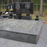 Цоколь из серого гранита, фото после установки на кладбище в Киеве. Транспортировка гранитных цоколей по Украине с установкой на кладбище.