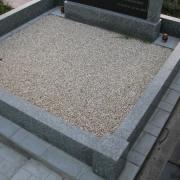 На фото цоколь из гранита на могиле. Размеры гранитного цоколя на кладбище: 220 х 220 см.  Цена цоколя из гранита - 10 тыс. грн.
