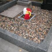 Фото цоколя из гранита после установки на кладбище. Доставка гранитных цоколей по Украине с установкой на кладбище. Индивидуальный заказ цоколя из гранита в Киеве.