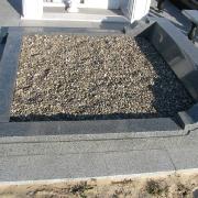 Гранитный цоколь из монолитного бруса, фото после установки на кладбище. Размеры цоколя из гранита: 220 х 220 см. Заказать цоколь из гранита со скидкой, можно в офисе ЧП Прядко в Киеве.