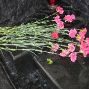 На фото гранитный цоколь из монолитного бруса. Установленный гранитный цоколь на могиле. Размер цоколя из гранита: 2200 х 2200 х н250 х 120 мм. Цена цоколя со скидкой 15 тыс. грн. Купить цоколь из гранита можно на складе ЧП Прядко в Киеве.