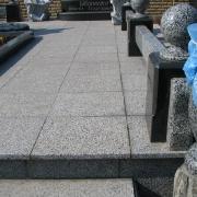 Комбинированный цоколь из гранита, фото на кладбище. Навесной гранитный цоколь для семейного захоронения после монтажа на могилу. Изготовление ритуальных цоколей по индивидуальному заказу в цеху Александра Прядко в Киеве.