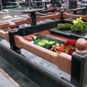 Цоколь из комбинированных гранитов. Навесной цоколь из гранита, установленный на могиле. Фото гранитного цоколя на кладбище. Установить цоколь из гранита недорого, вы можете в ЧП Прядко. Доступные цены на гранитные цоколя, от 5 тыс. грн.