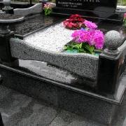 Благоустройство могил мраморной крошкой в Киеве. Засыпка гранитного цоколя крошкой из мрамора разного цвета. Индивидуальный подбор мраморной крошки под ритуальную могильную композицию нашим дизайнером.