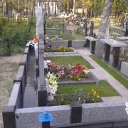 Фото цоколя из гранита на могиле. Установка гранитных цоколей на кладбищах Украины. Доставка готовых цоколей к месту монтажа ритуальным транспортом ЧП Прядко. Гарантия на установку цоколя из гранита 10 лет.