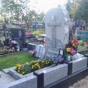 Цоколь из гранита по индивидуальному заказу; фото на кладбище после монтажа в Киевской области. Продажа гранитных цоколей со склада ЧП Прядко со скидкой. Купить готовый цоколь на могилу по доступной цене, можно на складе в Киеве сегодня.