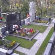 Комбинированный цоколь из гранита на кладбище, установленный в ритуальном комплексе на одном из кладбищ Киевской области. Фото гранитного цоколя после монтажа на могилу. Купить цоколь из гранита можно на складе ЧП Прядко в Киеве.