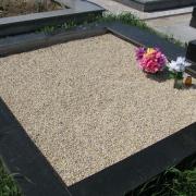 Мраморная крошка для двойной могилы; фото цоколя из гранита с засыпанной мраморной крошкой на кладбище. Крошка натуральная и не крашенная, есть в наличии на складе в Киеве по цене 350 грн. за мешок 50 кг.