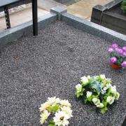 Засыпка цветной крошки из мрамора в цоколь из гранита, фото после установки памятника на кладбище. Доступная цена мраморной крошки со склада в Киеве 250 грн. за мешок 20 кг.
