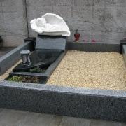 Оформление могилы мраморной крошкой. На фото мраморная крошка для детской могилы; засыпка крошки в гранитный цоколь после установки памятника. Доступная цена мраморной крошки 350 грн. за мешок 50 кг.