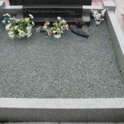 Оформление могилы после установки памятника. Фото гранитного цоколя, засыпанного зелёной крошкой; п-во Финляндия, не крашеная.
