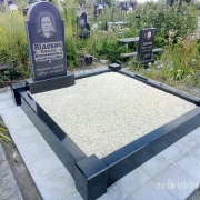 Оформление могилы после установки памятника. Засыпка могилы мраморной крошкой. Цена засыпки мраморной крошки в цоколь - 3600 грн.