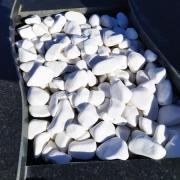 Оформление могилы белой крошкой из мрамора. Цена мраморной крошки для могилы - доступная.