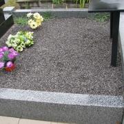 Оформление могилы цветной крошкой мрамора, фото после установки гранитного цоколя. Цена крошки из мрамора со склада в Киеве 250 грн. за мешок 20 кг.
