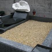 На фото декорирование могилы мраморной крошкой; доступная цена мраморной крошки на могилу 350 грн. за мешок 50 кг. Цвет мраморной крошки для могилы ребёнка - бежевый.
