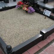Мраморная крошка для кладбища. Фото засыпанного цоколя из гранита светло бежевой крошкой, п-во Украина.
