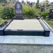 Оформление могилы после установки гранитного памятника. Засыпка могилы натуральной крошкой. Стоимость засыпки мраморной крошки в цоколь - 2,7 тыс. грн.