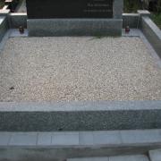 Оформление гранитного цоколя мраморной крошкой. Цена засыпки мраморной крошки на могилу - 3600 грн.