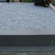 Стоимость благоустройства могилы крошкой - 3600 грн. Цвет крошки для оформления цоколя - серый.