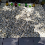 Благоустройство могилы мраморной крошкой. Цвет мраморной крошки для могилы - светлый, комбинированный.