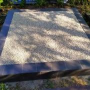Благоустройство могилы крошкой. Цена услуг по засыпке крошки - от 4 тыс. грн.
