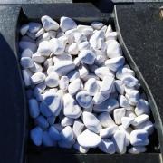 Цвет крошки из мрамора - белый. Оформление могилы мраморной крошкой.