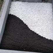 Фото крошки из мрамора. Оформление могилы белой крошкой из мрамора.
