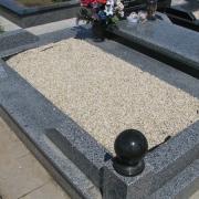 Мраморная крошка для могилы; фото цоколя из гранита с засыпанной мраморной крошкой после его изготовления. Крошка натуральная, не окрашена; цвет бежевый. Всегда в наличии на складе в Киеве: цена мраморной крошки 350 грн. за мешок 50 кг. Засыпаем мраморную крошку после изготовления ритуального комплекса на кладбище.