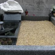 Фото оформления могилы ребёнка мраморной крошкой. Цвет мраморной крошки для могилы ребёнка, бежевый. Цена оформления могилы мраморной крошкой после установки памятника доступная.