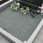 Оформление могилы после установки памятника. Цвет крошки зелёный, не крашеная. Фото гранитного цоколя, засыпанного зелёной крошкой.