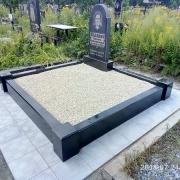Оформление могилы после установки цоколя из гранита. Засыпка могилы каменной крошкой. Засыпать мраморную крошку в цоколь - 3600 грн.